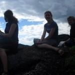 Anna, Ann-Charline und ich auf einem Felsen in Mbamba Bay