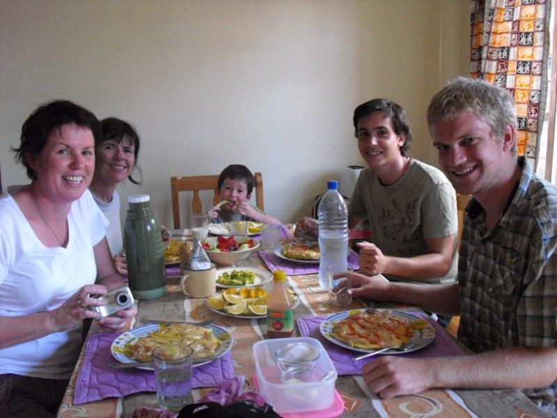 Mittagessen mit Chipsi Mayai